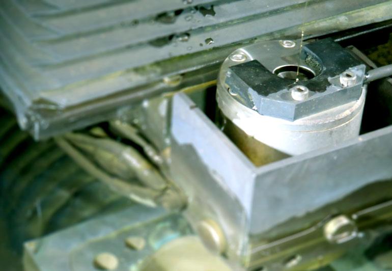 365日稼働の高精度ワイヤ放電加工機